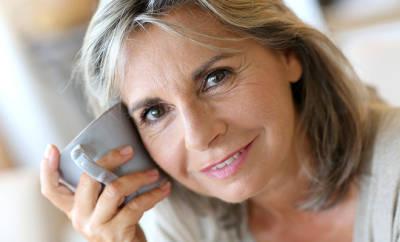 Fibromyalgie: Frau lächelt in die Kamera