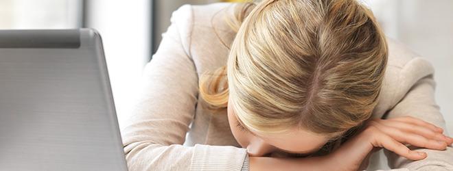 Frau mit Fibromyalgie und Stress