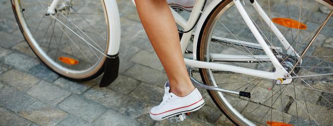 Frau fährt Fahrrad gegen Krampfadern