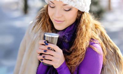 Hartnäckiger Husten: Frau trinkt heißen Tee