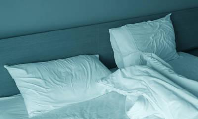 Schlafprobleme? Ein leeres Bett mit zerwühlten Laken.