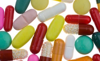Einschlafhilfen: abgebildet sind bunte Tabletten