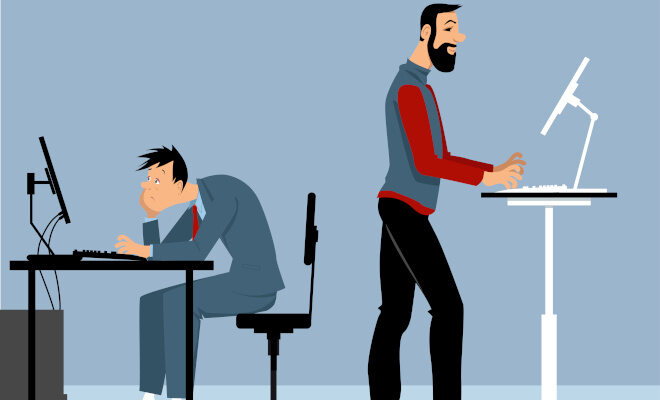 Comic: Ein Mann sitzt mit gekrümmtem Rücken am Schreibtisch. Ein anderer Mann steht an einem Stehschreibtisch und arbeitet