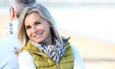 Entspannte Frau am Strand: Tipps gegen Stress