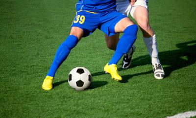 Wadenzerrung beim Fußball kann schnell passieren.