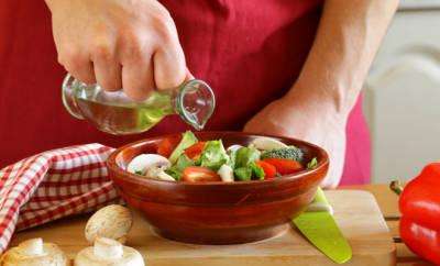 Prostatabeschwerden vorbeugen: ein Mann bereitet sich einen Salat vor
