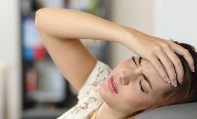 Kopfschmerzen bei Grippe: Pfefferminzöl auf die Schläfen hilft.