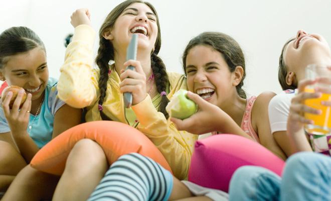 Junge Mädchen lachen sich schlapp.