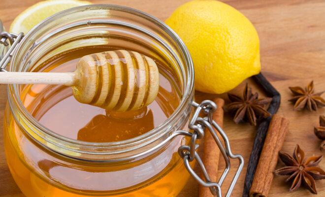 Ein Glas Honig: Honig hilft bei Halsschmerzen