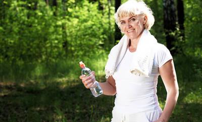 Abnehmen: Frau beim Sport im Wald