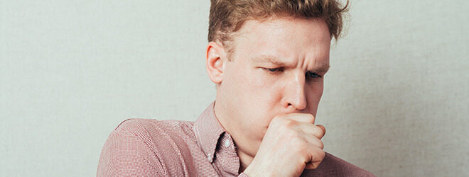 Bronchitis: Mann hustet