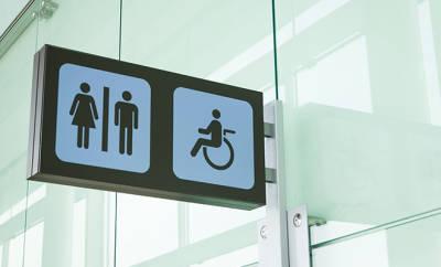 Reizblase: Toilettenschild in einem öffentlichen Gebäude