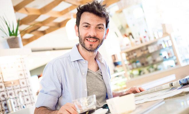 Mann mit Diabetes trinkt Kaffee
