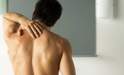 Mann mit Nackenschmerzen durch Fibromyalgie