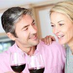 Ein Paar trinkt Rotwein