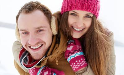 Gesund durch den Winter: Paar, das sich im Freien bewegt um die Abwehrkräfte zu stärken.