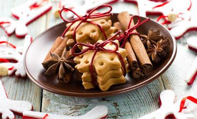 Gesund naschen: Teller mit Weihnachtsplätzchen