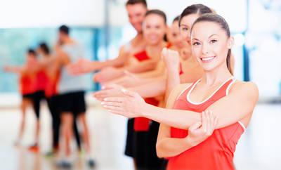Muskelsteife und Gelenksteife und Fibromyalgie: Ein Gruppe junger Menschen beim Sport