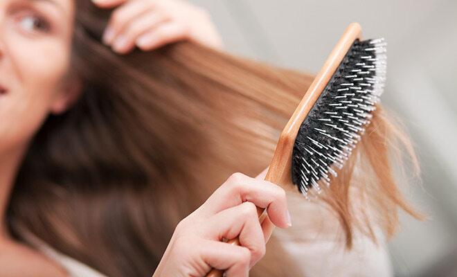 Frau bürstet trockene Haare