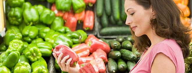 Abnehmen ohne Hungern: Frau kauft frische Paprika.