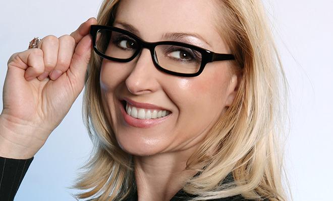 Augen lasern lassen: Frau mit Brille