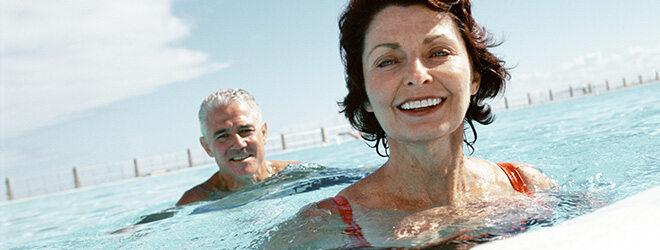 Diabetes: Ein Mann und eine Frau schwimmen