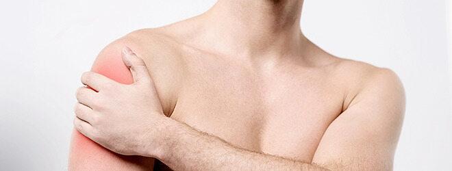 Fibromyalgie: Mann mit schmerzendem Schultergelenk