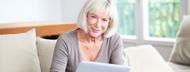 Ältere Frau macht Gehirnjogging mit Tablet.
