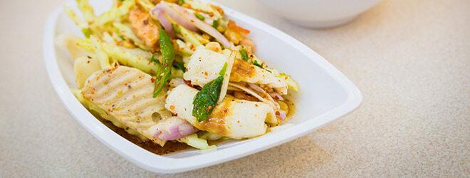 Ein Low-Carb-Diät-Gericht mit Hähnchen und Gemüse