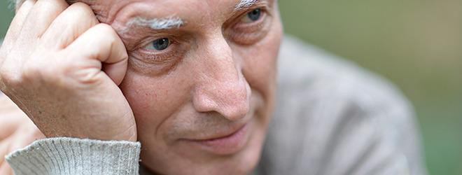 Parkinson-Patient fasst sich an die Stirn und überlegt