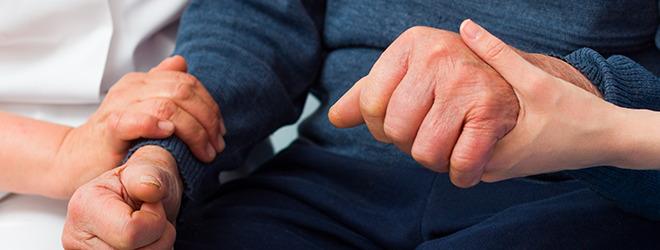 Parkinson: Alter Mann wird betreut