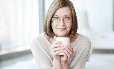 Frau mit Reizdarm trinkt Tee