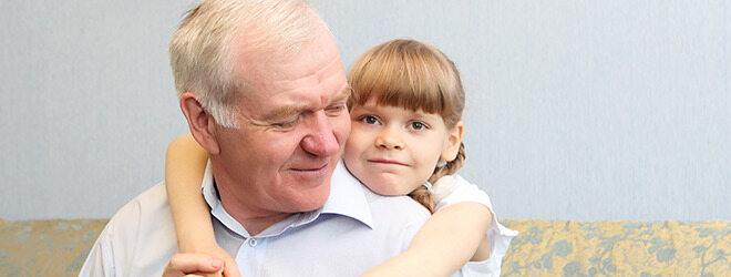 Schlaganfall: Ein alter Mann und seine Enkelin