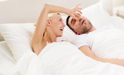 Paar im Bett: Schnarchen ist für viele ein Problem