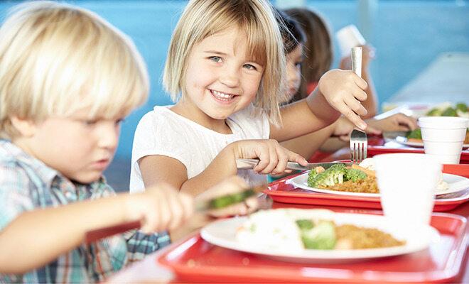 Kinder essen Schulessen.