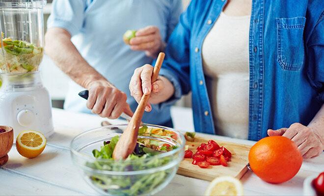 Vitamine ab 50: Ein Paar bereitet einen Salat vor