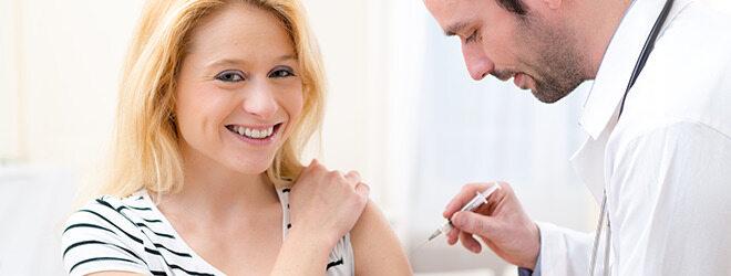 Frau lässt sich gegen Windpocken impfen