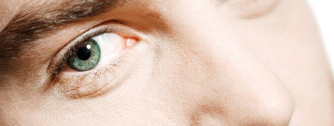 Augenzucken: Auge eines Mannes