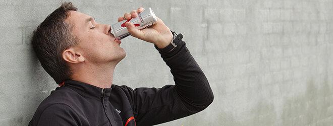 Mann in Sportbekleidung trinkt einen Energydrink