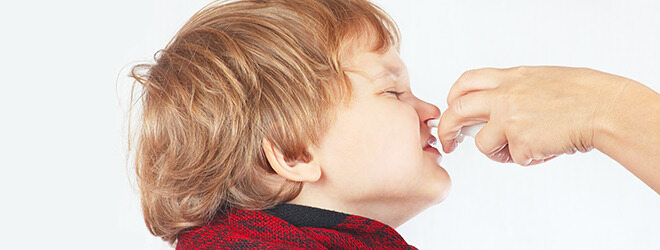 Nasenspray-Sucht: Kind bekommt Nasenspray verabreicht