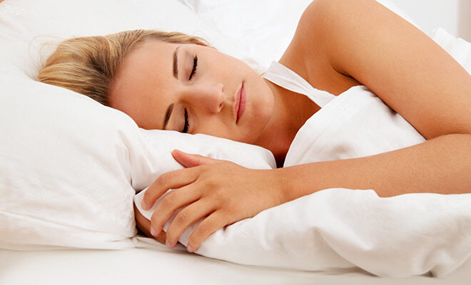 Zähneknirschen im Schlaf: Schlafende Frau