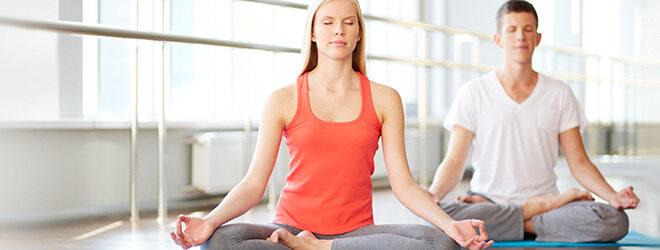 Zähneknirschen im Schlaf: Ein Paar beim Yoga