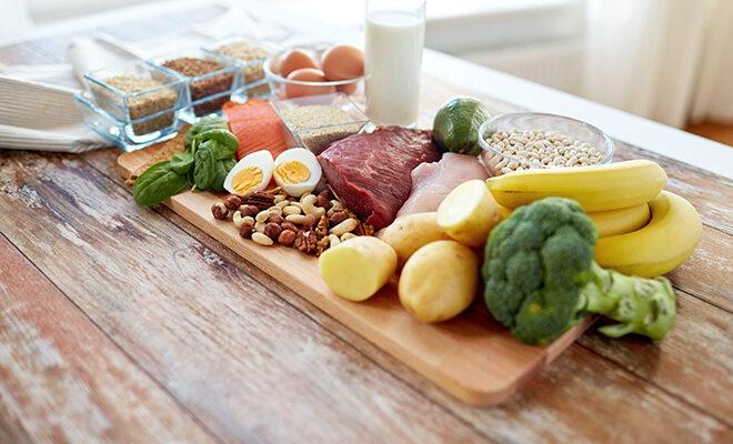 Lebensmittel arrangiert auf Holztisch