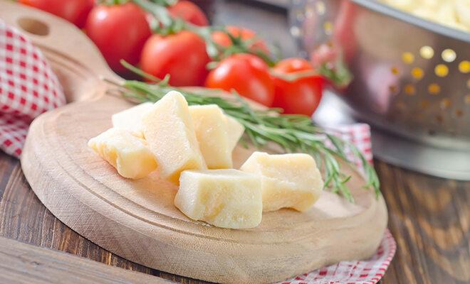 Parmesanwürfel auf einem Brettchen