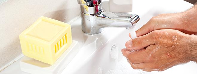 Wer unter einem Gerstenkorn am Auge leidet, sollte häufig seine Hände waschen.