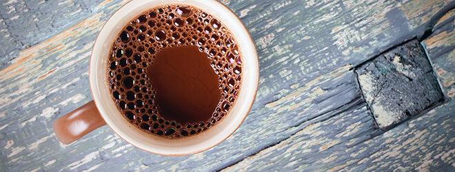 Eine Tasse Kakao auf Holztisch von oben