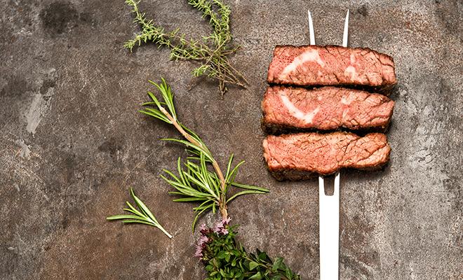 Paleo-Diät: Filet-Stücke auf großer Fleischgabel
