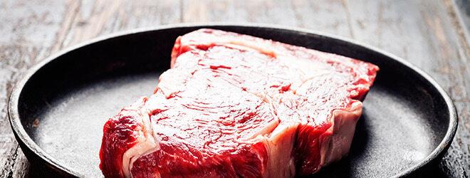 Paleo Diät: Teller mit rohem Steak