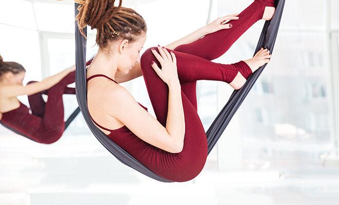 Medikamente gegen Rückenschmerzen: Eine Frau turnt an Bändern