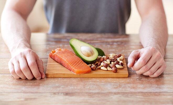Vitamin E steckt in Lachs und Avocado.